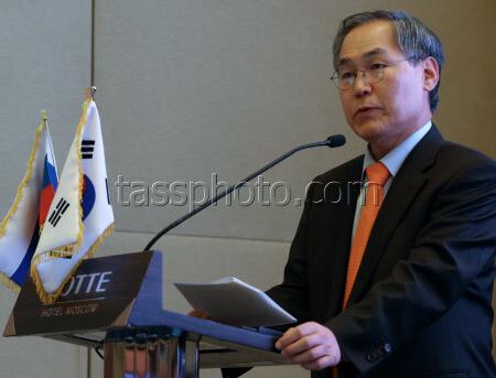 Посол Республики Корея У Юн Гын во время форума